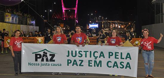 Justiça pela Paz em Casa na avenida