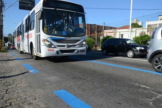 Faixa exlcusiva para ônibus