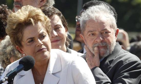 Dilma e Lula na saída da presidente