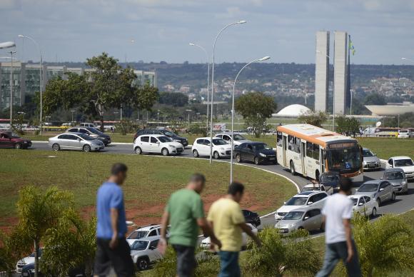 Cerca de 25 mil manifestantes marcham em Brasília por eleições diretas