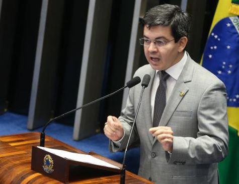 Senador Randolfe Rodrigues protocola pedido de impeachment de Temer