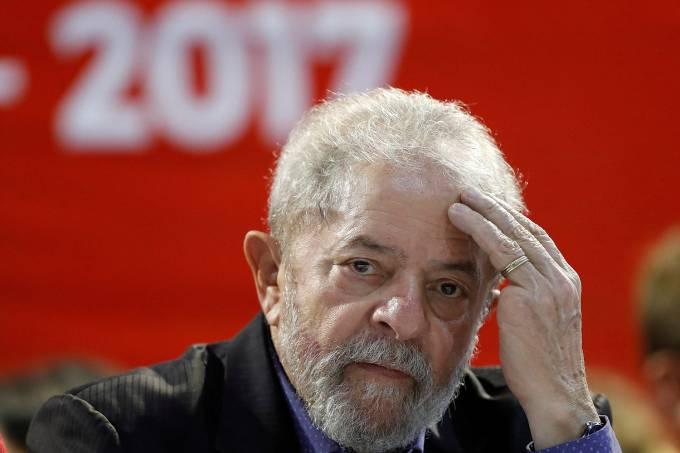 Lula é condenado por Moro a 9 anos e seis meses
