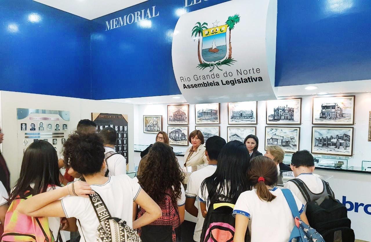 ESTUDANTES VISITAM EXPOSIÇÃO DO MEMORIAL DA ASSEMBLEIA NO MIDWAY MALL