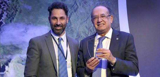 Ministro Gilmar Mendes recebe prêmio conquistado pelo site do TSE