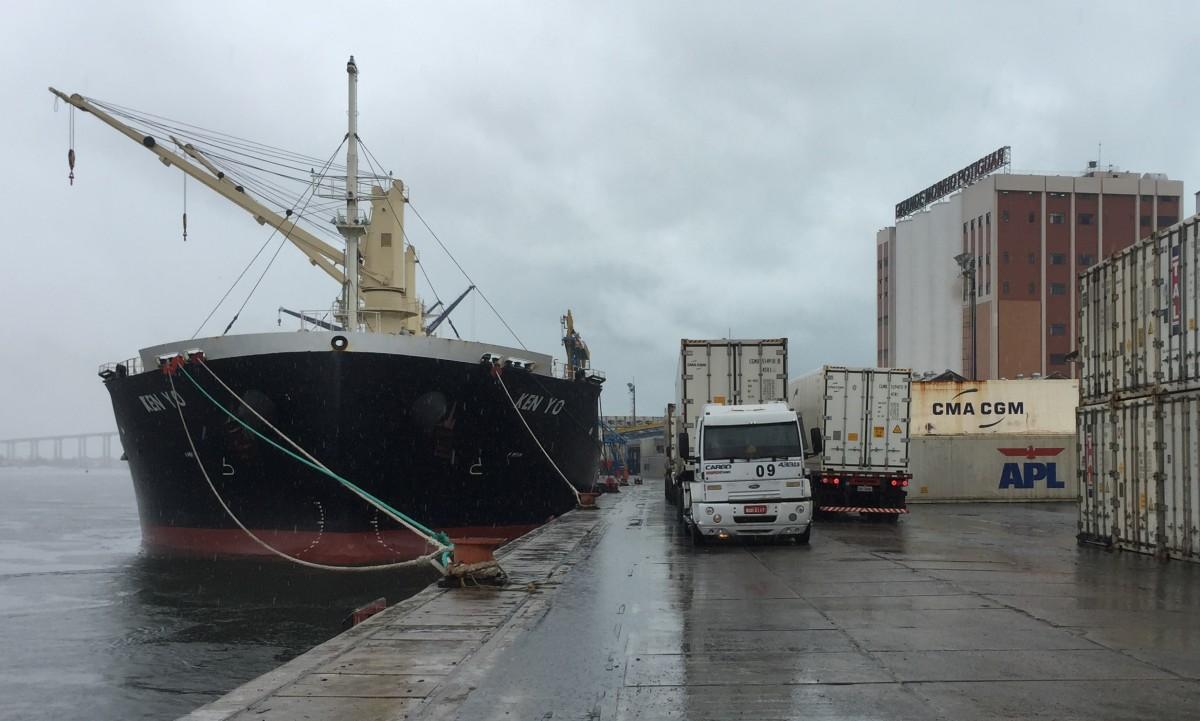Atum sendo levado para o navio Ken Yo1