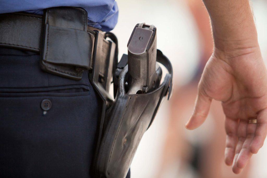 PM do Rio proíbe policiais de usarem arma em dia de folga