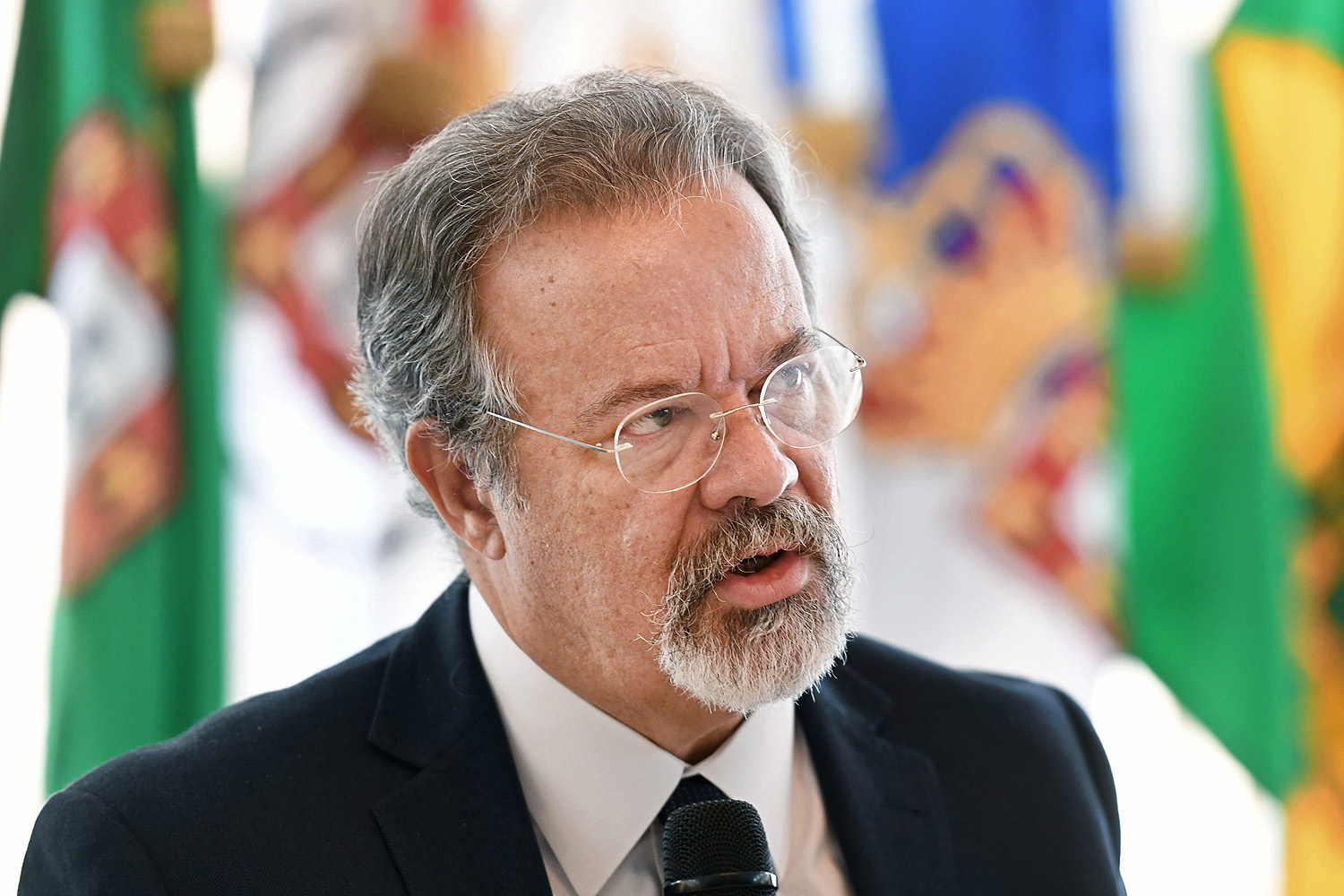 Brazilian Defence Minister Raul Jungmann talks with foreign correspondents during a breakfast meeting at the Ministry in Brasilia, on May 17, 2017. Jungmann announced the Brazilian embassy will resume functions in Caracas after a closure of about nine months due to Venezuela's comments against the impeachment of Brazilian former president Dilma Rousseff. / AFP PHOTO / EVARISTO SA