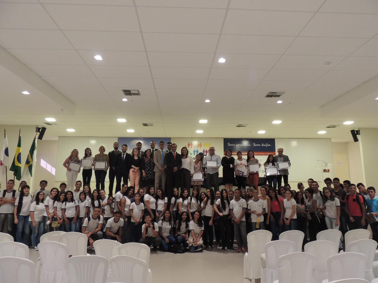 OAB vai à escola premia vencedores de concurso de redação
