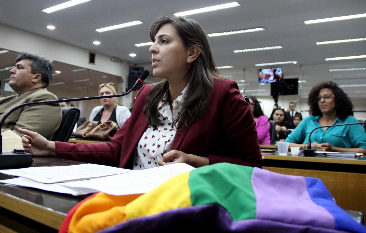 Projeto para inclusão de travestis e trans passa na Comissão de Justiça