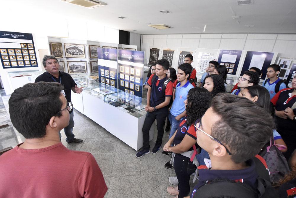 Estudantes revivem história do legislativo em visita ao memorial