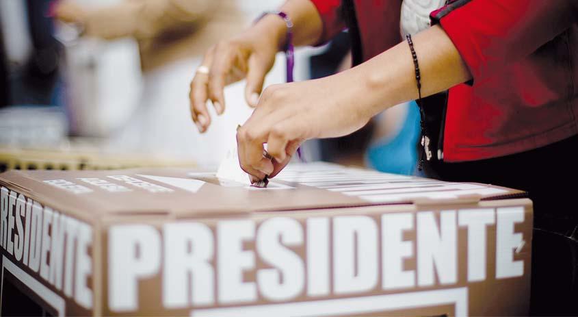 (120701) -- CHIMALHUACAN, julio 1, 2012 (Xinhua) -- Una mujer emite su voto en una casilla electoral, en el municipio de Chimalhuac®¢n, en el Estado de M®¶xico, M®¶xico, el 1 de julio de 2012. Poco m®¢s de 79,4 millones de electores en las 32 entidades del pa®™s, acuden el domingo a las urnas para elegir al pr®Æximo presidente de M®¶xico, para el sexenio 2012-2018, as®™ como a 500 diputados y 128 senadores. (Xinhua/Pedro Mera) (pm) (mp) (ce)