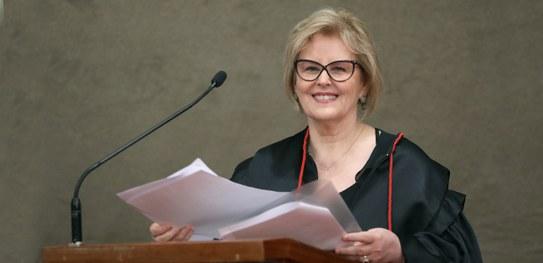 Em discurso de posse, ministra Rosa Weber destaca papel do TSE no aperfeiçoamento da democracia