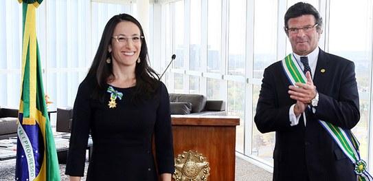 Juíza auxiliar da Presidência do TSE é homenageada com medalha