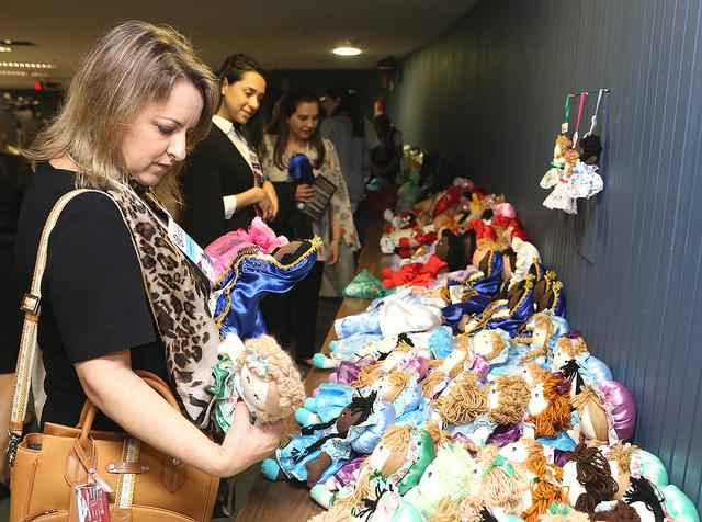 Presas da Paraíba mostram suas bonecas em Brasília