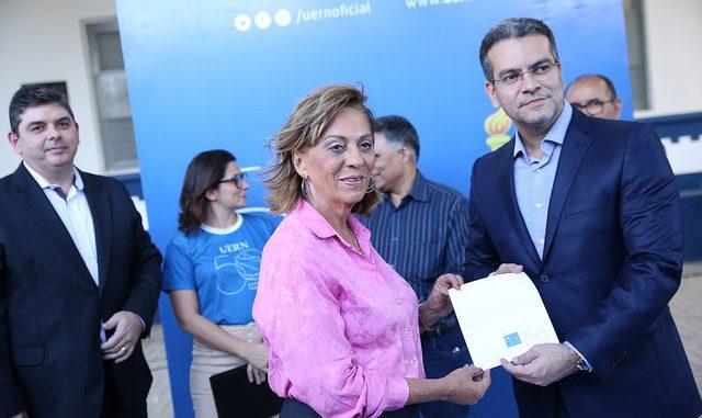 Prefeita de Mossoró participa do lançamento do selo de 50 anos da UERN