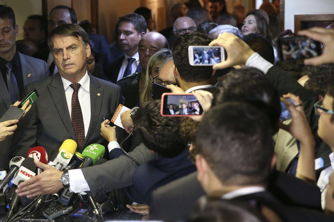 O presidente eleito Jair Bolsonaro fala à imprensa após encontro com o presidente do Superior Tribunal Militar (STM), José Coelho Ferreira, no STM, em Brasília.