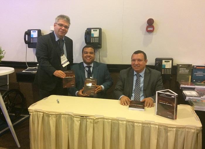 Conselheiro substituto do TCE lança livro durante VI Encontro Nacional dos Tribunais de Contas
