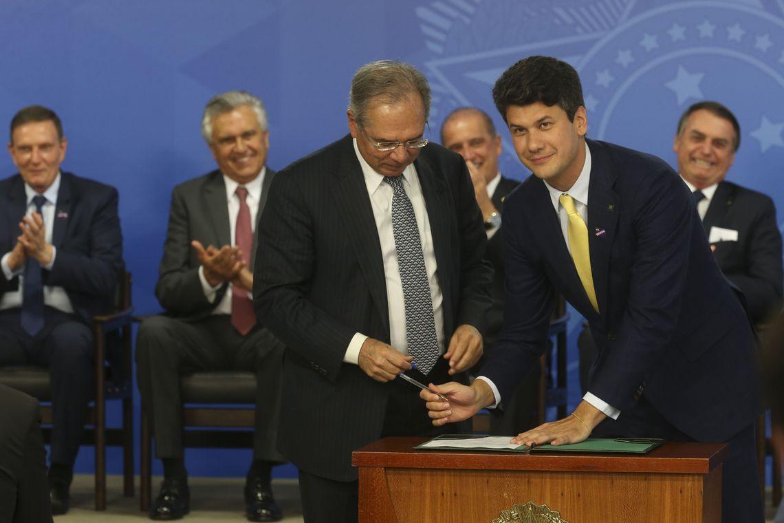 O ministro da Economia, Paulo Guedes, e o novo presidente do BNDES, Gustavo Montezano, durante cerimônia de posse no Palácio do Planalto.