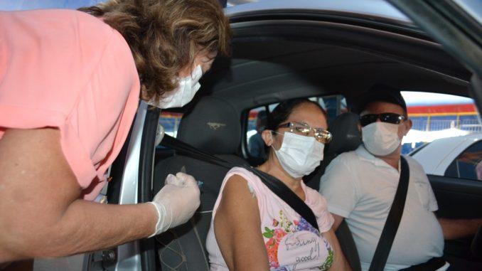 Vacinação-contra-influenza-por-drivre-thru-vacina-cerca-de-700-idosos-pela-manhã-6-678x381