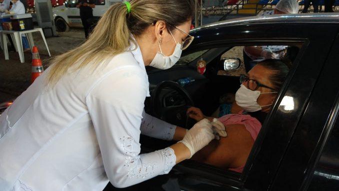Vacinação-contra-influenza-por-drivre-thru-vacina-cerca-de-700-idosos-pela-manhã-11-678x381